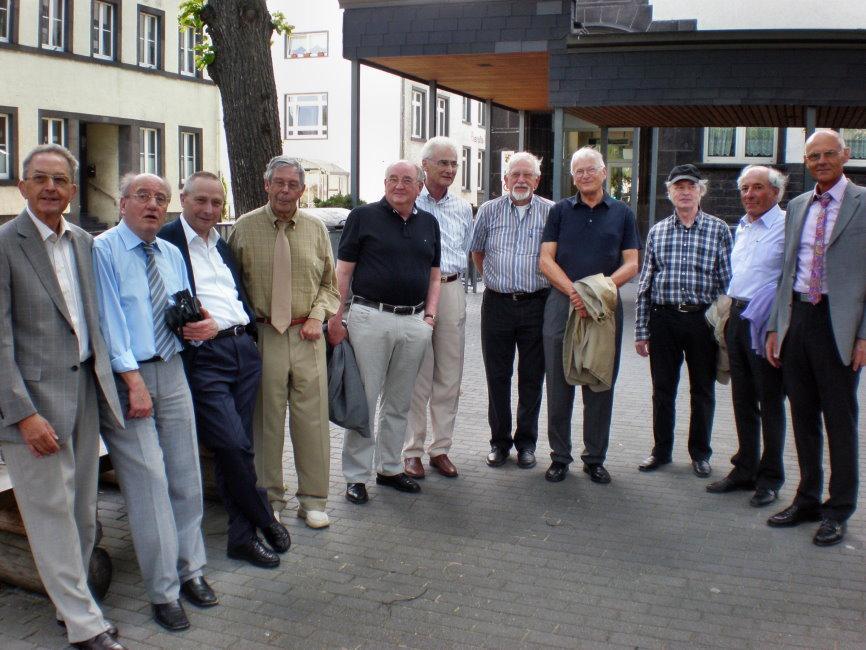 Gruppe vor dem alten Gymnasium