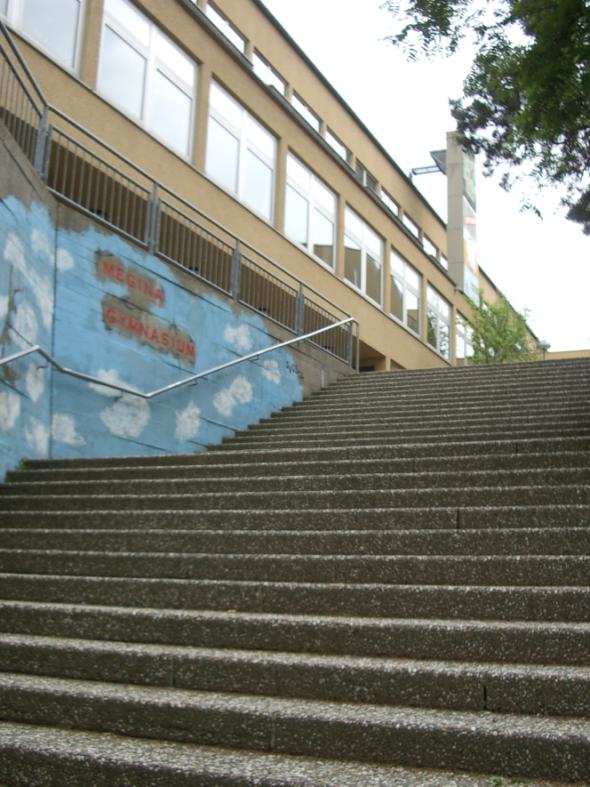 Gymnasium breite Treppe