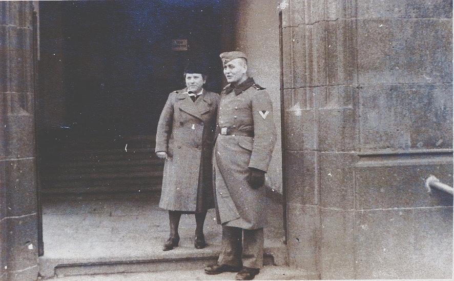 Hausmeister Daheim in Uniform