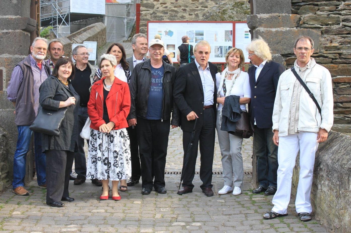 Gruppe vor der Burg Eltz