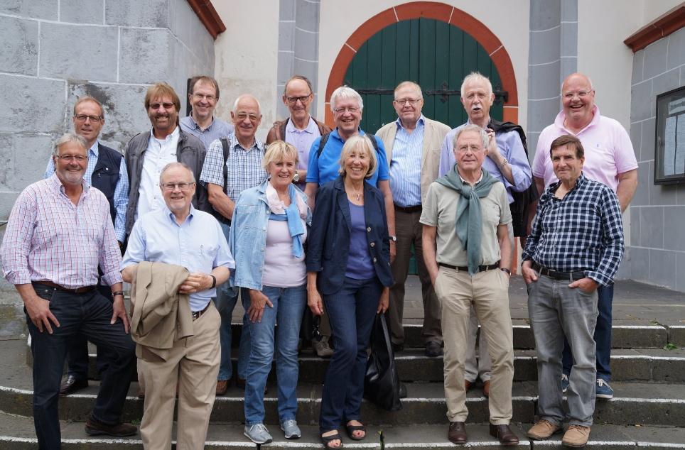 Gruppenfoto an der Klemenskirche